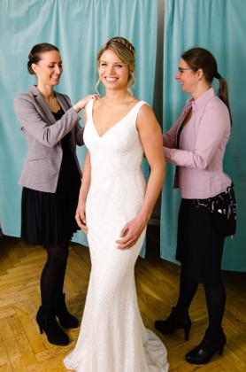 Forandring og vejledning ved prøvning af brudekjole