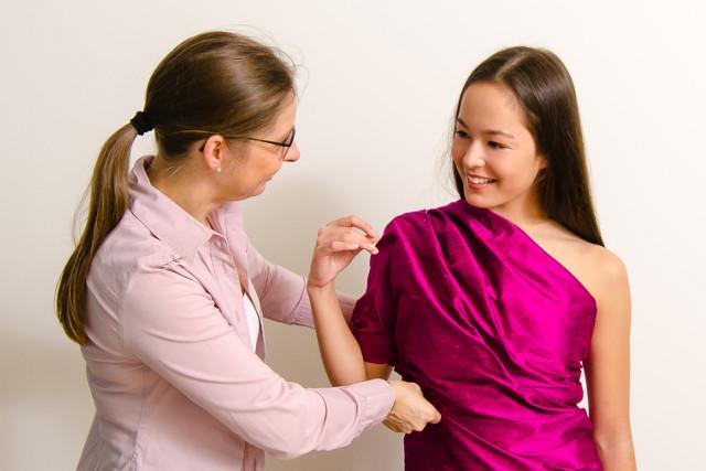 Drapering med thaisilke kan være en god start på snakken med dig om, hvordan festkjolen eller dit festtøj skal se ud