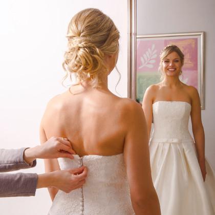 Klik for at læse mere om tilretning, design, forandring og opsyning af brudekjoler