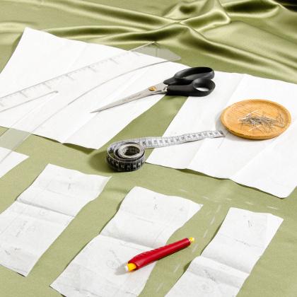 Konstruktion og optegning efter mønster på stof er et af de første trin in konstruktionen af dit festtøj